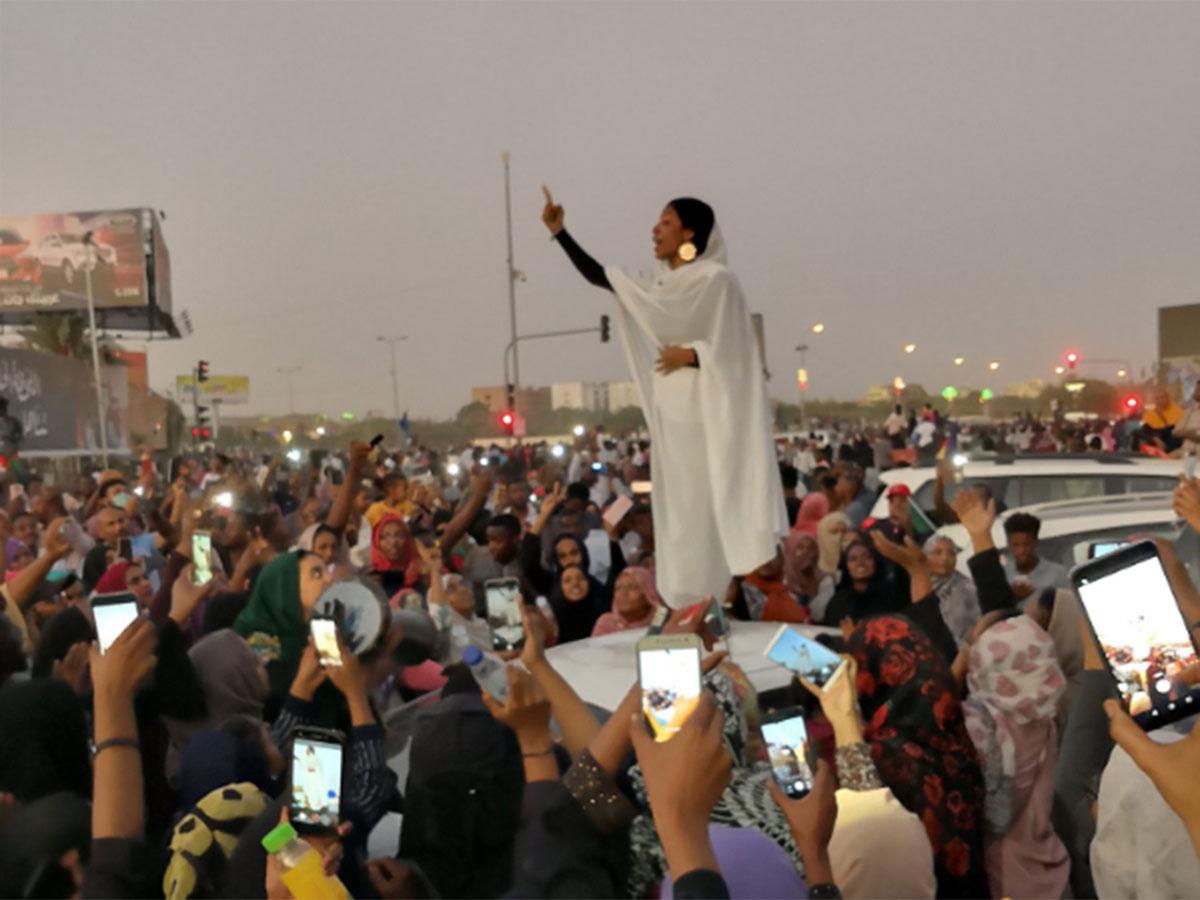 Il risveglio delle anime fragili dell'Africa. Una donna, il volto della protesta per la liberazione del Sudan.